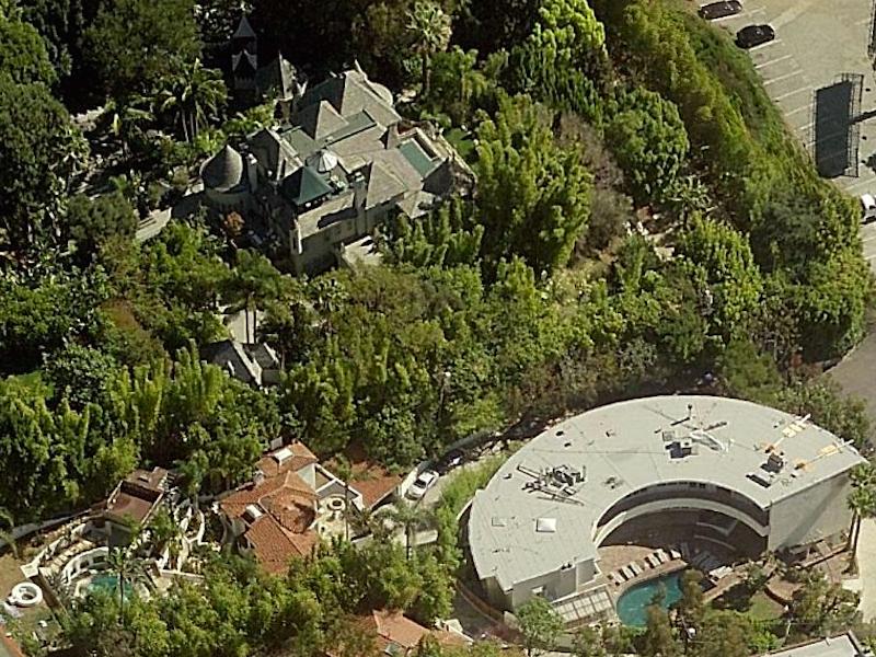 همچنین باید بدانید که دپ 5 خانه دیگر هم در هالیوود هیلز دارد که مجموعا 19 میلیون دلار قیمت دارند. به گزارش یو اس دیلی، دپ در نظر دارد بین خانه های خود در تپه های هالیوود تونل کشی کند.