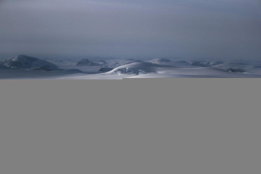 نمایی از تخته های یخی در کنار کرانه دریاچه آپر بافین، 27 مارس 2017، گرینلند