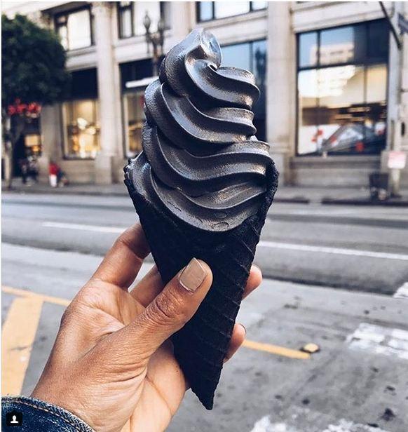 این بستنی سیاه که ظاهر فوق العاده جذابی دارد، دل هزاران نفر را ربوده و در حال حاضر در شهر لس آنجلس عرضه می شود.