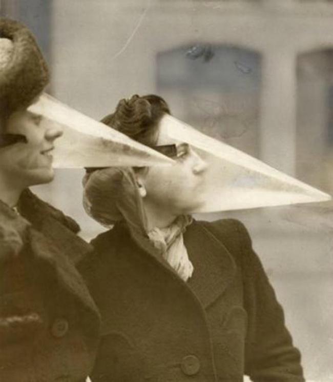 این محفظه های تلقی بسیار عجیب و نوک تیز چیزی نیستند جز محافظ صورت برای در امان ماندن آرایش زنان در روزهای بارانی و برفی. زنان در دهه 1940 میلادی با قرار دادن این نقاب ها روی صورت خود، سعی در حفظ میک آپ خود داشتند. تنها عیب این نقاب ها این بود که بسیار سریع بخار می گرفت.