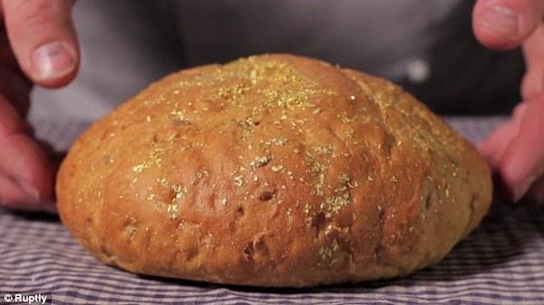 در سال 2014 میلادی، قنادی اسپانیایی موسوم به Pan Piña نوعی نان با قیمت 121 دلار عرضه کرد. هر قرص نان 400 گرم وزن داشته و از آرد گندم، گندم آلمانی و عسل تهیه شده بود. اما دلیل گران قیمت بودن این نان، وجود 250 میلی گرم پودر طلا بود که همانند آرد روی سطح نان پاشیده شده بود. همین میزان پودر طلا باعث شد تا به عنوان گران ترین نان جهان شناخته شود.