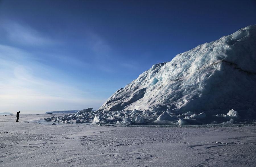 در 26 مارس 2017 در پیتوفیک واقع در گرینلند، یکی از دانشمندان ناسا به نام «ناثان کورتز» در حال بررسی یک توده یخ کوه است که در نزدیگی پایگاه هوایی ثول به دریای یخ چسبیده است. اعضای تیم تحقیقاتی آیسبریج عموما خیلی به ندرت فرصت بررسی یخ دریا در کنار در نزدیکی پایگاه از سطح زمین را دارند.