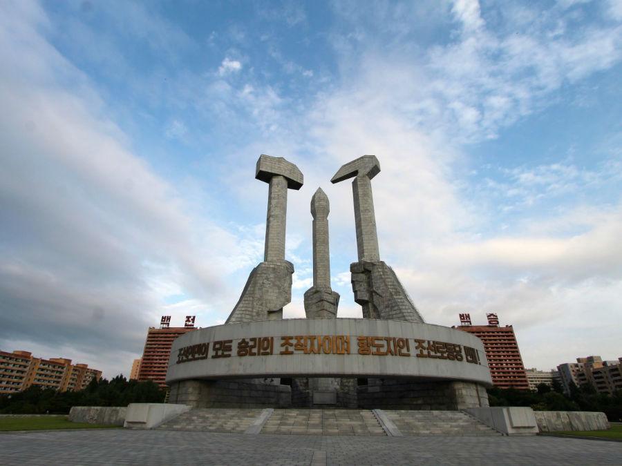 پس از این طاق، در ابتدای ورود به پیونگ یانگ، مجسمه عظیم دیگری موسوم به «بنای یادبود حزب کارگران» خودنمایی می کند. روی نوار بتنی این یادبود نوشته شده «زنده باد حرب کارگران کره شمالی، بانی و راهنمای تمامی پیروزی های مردم کره!»