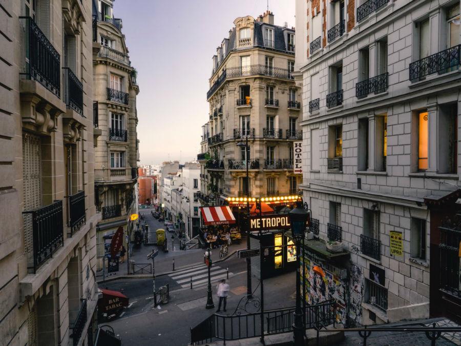 در فرانسه، برخلاف دیگر کشورهای جهان، نان مستقیما باید روی میز (نه درون بشقاب یا سبد) قرار بگیرد. در ضمن، روی نان هم باید رو به بالا باشد زیرا برعکس گذاشتن نان نشانه بدشانسی است. در گذشته نانواها، نان را برعکس می گذاشتند تا نشان دهند آن را برای جلاد شهر کنار گذاشته اند. همچنین لازم است یادآوری کنیم که وقتی در فرانسه غذایی برای شما سرو می شود، نان را به عنوان پیش غذا فرض نکنید زیرا باید حتما باید به همراه غذای اصلی خورده شود. همچنین باید نان را با دست به تکه های کوچک تقسیم کنید نه اینکه مستقیما با دندان آن را گاز بزنید.