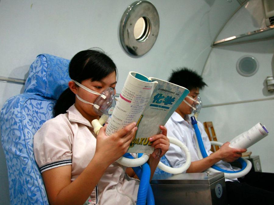 پشت کنکوری هایی که حتی در بیمارستان و زیر اکسیژن هم در حال مطالعه کتاب های درسی خود هستند.
