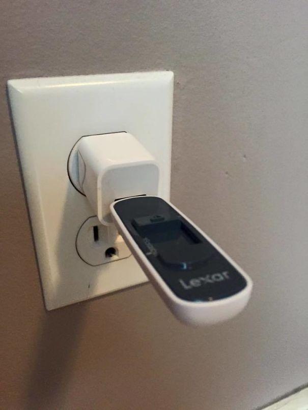 مادر دوستم فکر می کند باید فلش درایو را نیز شارژ کند!