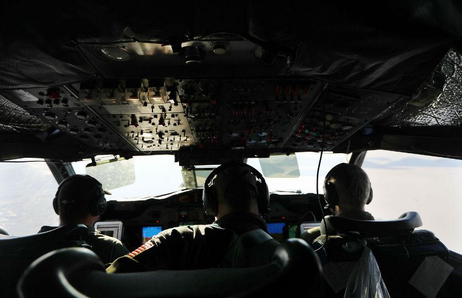 تیم پرواز در اتاقک خلبان هواپیمای تیم تحقیقاتی عملیات آیسبریج ناسا، 27 مارس، 2017