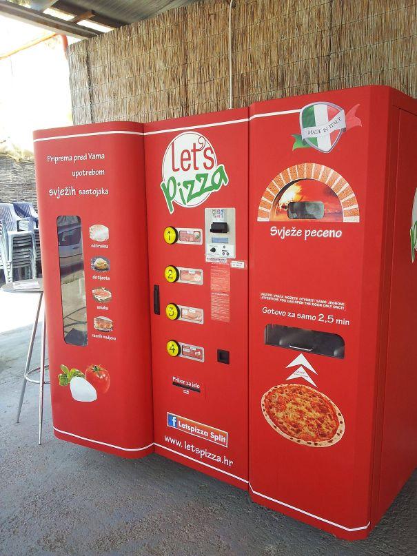 دستگاه خوکارِ سفارش و پخت پیتزا؛ مشتری تاپینگ موردنظر خود را انتخاب کرده و در آخر کلید پخت را فشار داده و غذایش را تحویل می گیرد.