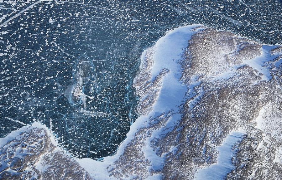 یخ دریا (در بالا) در برخورد با زمین از داخل هواپیمای تیم تحقیقاتی عملیات آیسبریج ناسا، 27 مارس، 2017