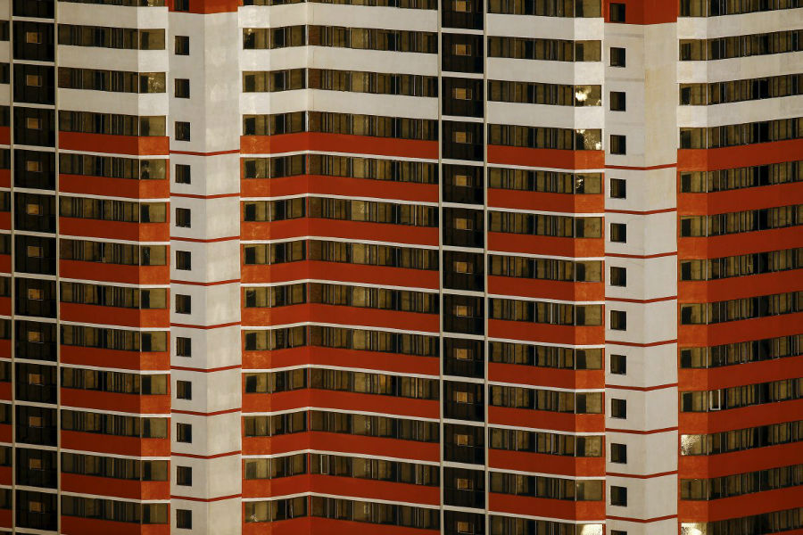 بعضی از ساختمان ها، رنگ های تند و طراحی صنعتی دارند.