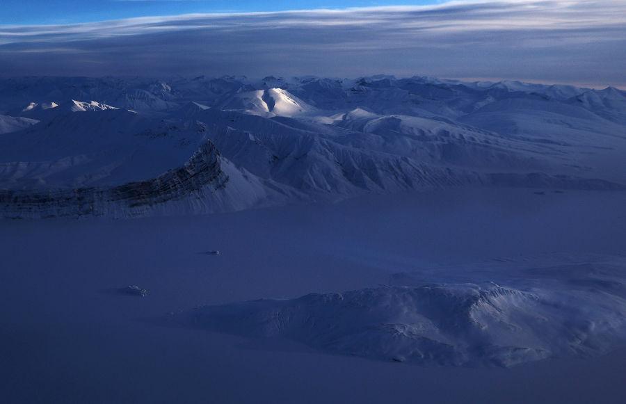 چشم اندازی از زمین یخی از داخل هواپیمای تیم تحقیقاتی عملیات آیسبریج ناسا، 30 مارس، 2017، جزیره السمر، کانادا