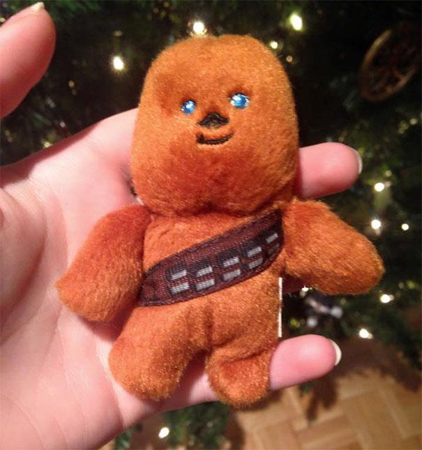 مادر من چندین سال است که این عروسک را روی درخت کریسمس قرار می دهد و من دلیلش را نمی دانستم. تا اینکه به تازگی فهمیده ام او فکر می کند این عروسک مرد زنجبیلی است.