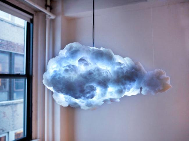 این لامپ توسط کمپانی Kaufman Mercantile طراحی شده و نه تنها نور تولید می کند، بلکه صدای رعد و برق و همچنین صدای باران نیز پخش می کند. کاربر می تواند نور یا رنگ ابر را به دلخواه خود تنظیم کرده یا تغییر دهد.