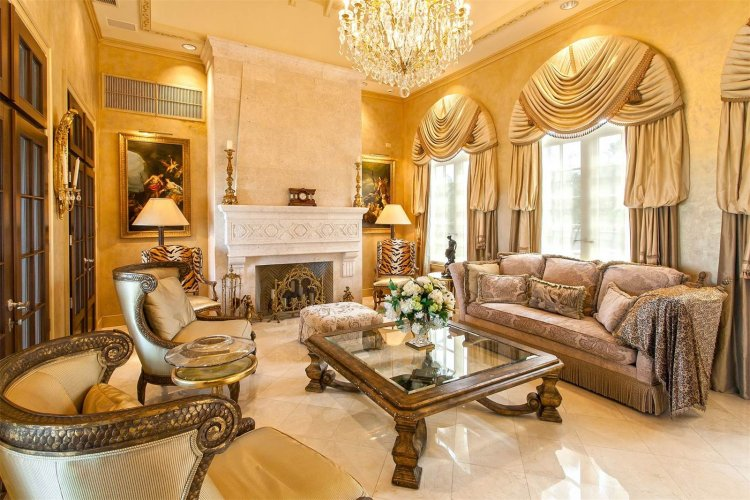 همان طور که انتظار می رود، داخل خانه مملو از طرح ها، وسایل و ایده های طلایی است.