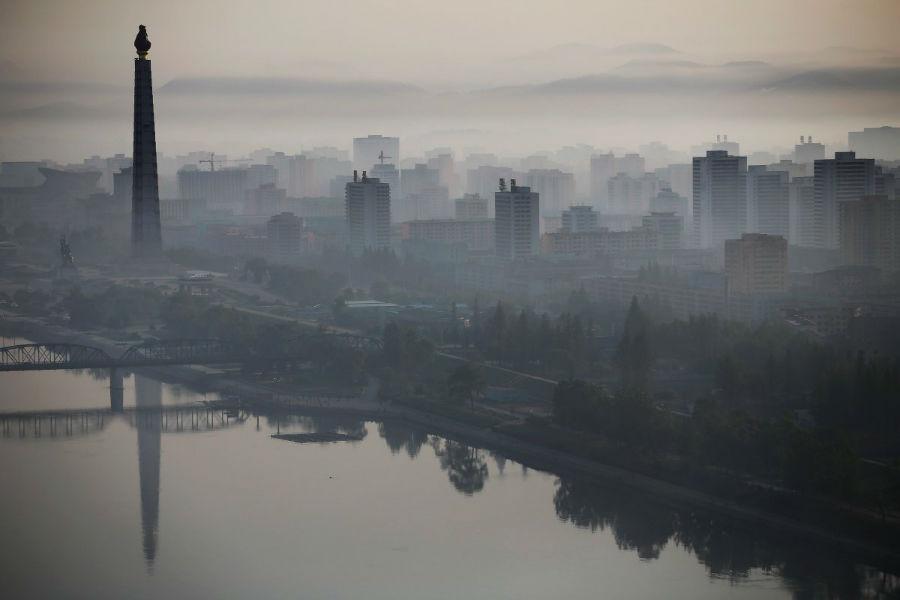 در سمت دیگر شهر نیز یک ساختمان بلند با ارتفاع 170 متری با نام «برج Juche» در بالای رودخانه تائه دونگ خودنمایی می کند.