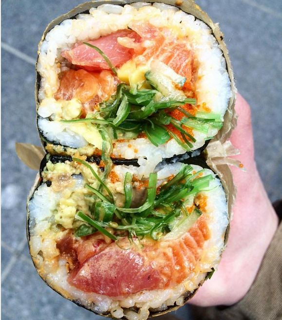 Poke نام غذایی از جزایر هاوایی است که در واقع یک لقمه بزرگ حاوی ماهی خام، سبزیجات و میوه است. البته این غذا در صورت درخواست مشتری، درون کاسه هم سرو می شود. پوک در حال حاضر در کالیفرنیا و نیویورک عرضه می شود و یک غذای کاملا سالم و بدون نیاز به پخت به شمار می رود.