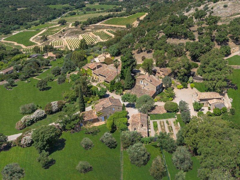 از جمله دارائی های باقی مانده ی جانی دپ می توان به روستایی با مساحت 150 هزار متر مربع در جنوب کشور فرانسه اشاره کرد که هنوز در مالکیت دپ قرار دارد.