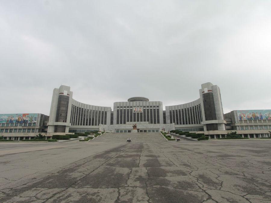 جالب توجه ترین ساختمان های کره شمالی، در مرکز شهر پیونگ یانگ قرار دارند و از جمله می توان به «کاخ کودکان مانیانگدائی» اشاره کرد. این بنا دو «بازو» در دو طرف خود دارد که به نوعی تداعی کننده ی آغوش مادر است.