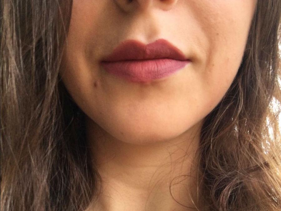 بسیاری از خانم ها هنگام رژلب زدن، لب های خود را باز کرده و حالتی از لبخند را تداعی می کنند، سپس رژ را روی لب می مالند. اما فیلیپس در این رابطه بیان داشته که این کار اشتباه است زیرا باعث می شود هنگام بستن دهان، لب ها چروک به نظر برسند. برای داشتن لب های صاف و یکدست، لب های خود را ببندید و سپس رژ بزنید.