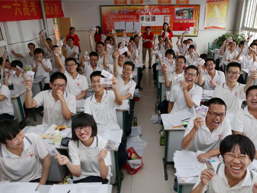 دانش آموزان مدرسه ای در استان «هبی» دو اسکناس 5 یوآنی از طرف مدرسه هدیه گرفته اند تا برای موفقیت آن ها در امتحان بزرگ، خوش شانسی بیاورد.