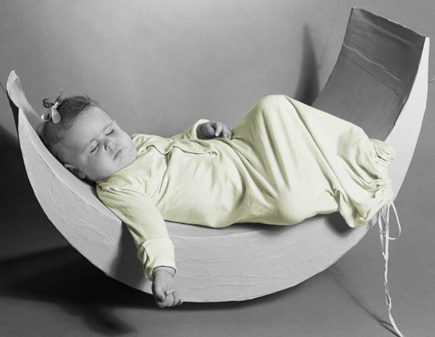 در قرون 15 و 16 میلادی، خواب دو بخشی در میان عموم مردم مرسوم بود. آن ها اغلب پس از غروب آفتاب که کارهایشان تمام می شد، چند ساعت می خوابیدند که «خواب اولیه» نام داشت. سپس در نیمه شب بیدار شده و کارهایی همانند عبادت، نوشتن، مطالعه یا دید و بازدید با همسایه های را انجام می دادند. حتی برخی از پزشکان در آن زمان اعتقاد داشتند که بهترین زمان یادگیری، هنگام سحر و پس از خواب نیمه شب است. آن ها پس از این فعالیت ها دوباره به رختخواب رفته و تا طلوع خورشید می خوابیدند. این روند زندگی در اواخر قرن 17 دستخوش تغییرات شد به طوری که در دهه 1920 میلادی به طور کامل از بین رفته و خواب یکدست شبانه جایگزین آن شد.