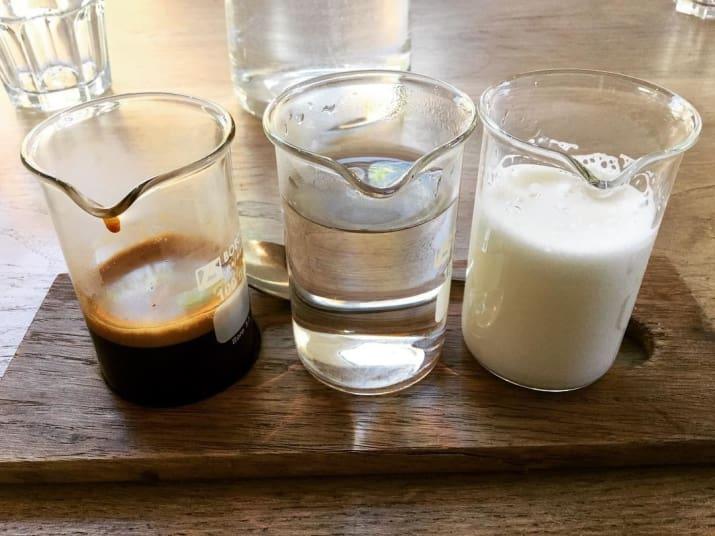 سرو محتویات قهوه در لیوان ها یمجزا که خودتان به دلخواه آن ها را ترکیب کنید. بدون شک مشتری ترجیح می دهد، قهوه آماده دریافت کند نه اینکه خودش مجبور به ترکیب آن باشد.