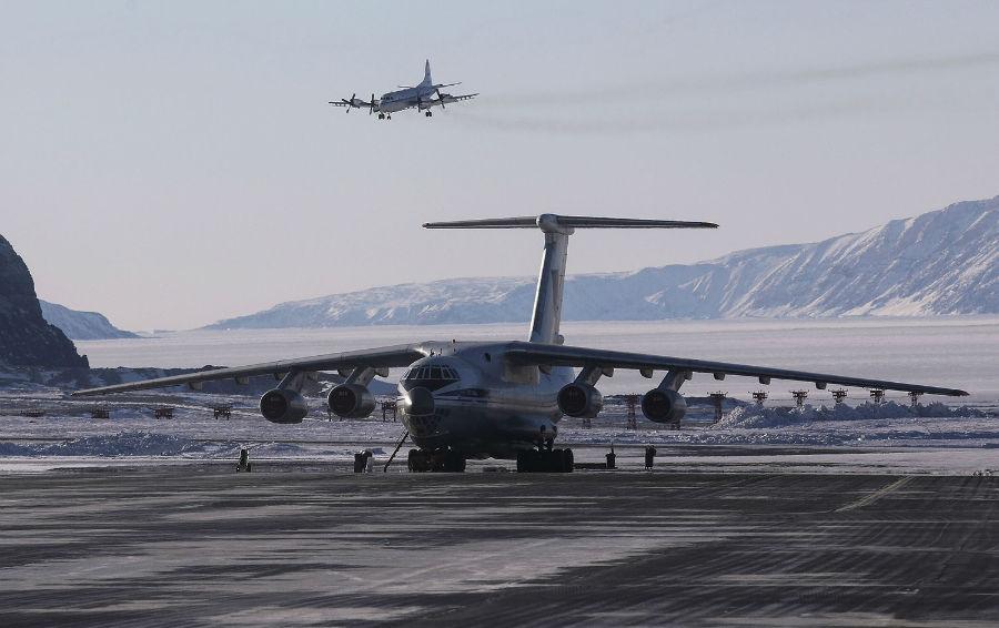 هواپیمای تیم تحقیقاتی عملیات آیسبریج ناسا (در بالا) در حال فرود آمدن در پایگاه هوایی ثول، 24 مارس 2017، پیتوفیک، گرینلند