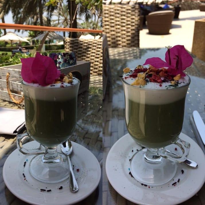 قرار دادن گل روی قهوه به عنوان تزئین.