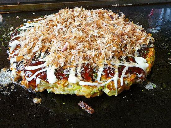یکی از محبوب ترین غذاهای خیابانی کشور ژاپن شامل خمیر، کلم، روده خوک و پیازچه است که با سس مایونز و سس کچاپ سرو می شود. این خوراک تقریبا در همه رستوران های سرزمین آفتاب تابان یافت می شود.