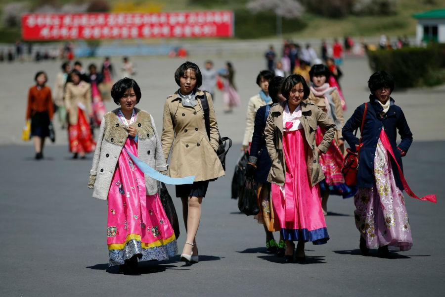 زنان برای مراسم لباس های محلی پوشیده اند.