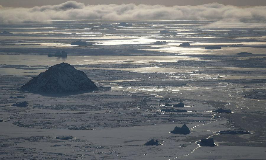 چشم اندازی از یخ دریا از داخل هواپیمای تیم تحقیقاتی عملیات آیسبریج ناسا، 30 مارس 2017، گرینلند