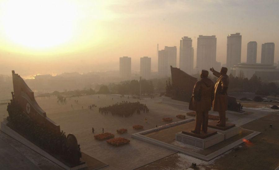 بسیاری از سازه های موجود در کره شمالی در راستای بزرگداشت رهبران این کشور ساخته و نصب شده اند. به طور مثال، در این تصویر مجسمه های بزرگ کیم ایل سونگ - نخستین رهبر کره شمالی در خلال سال های 1972 تا 1994 - و کیم جونگ ایل که در سال 2011 درگذشت را مشاهده می کنید.