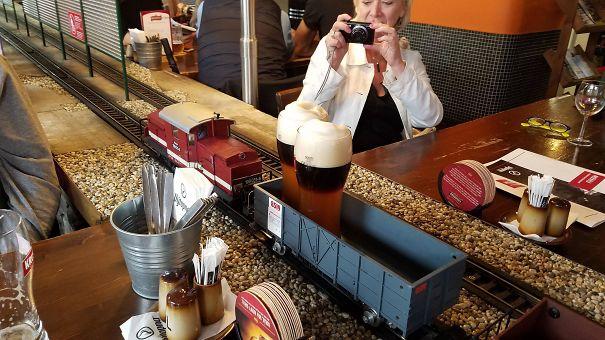 ارائه نوشیدنی توسط قطار اسباب بازی در یکی از رستوران های کشور پراگ