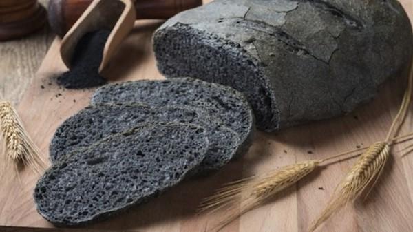 از کربن فعال برای تولید غذاهایی سیاهرنگ استفاده می شود. همچنین شایعاتی مبنی بر مفید بودن کربن فعال برای بدن انسان نیز وجود دارد. مثلا اینکه گفته می شود این ماده باعث دفع سموم و از بین بردن دردهای معدوی می شود. در ایتالیا از این پودر برای پخت نان های سیاه استفاده می شود.