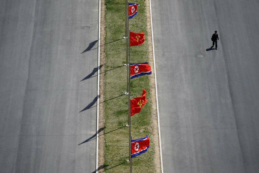پرچم ها برای تزئین در سطح خیابان ها نصب شده اند.