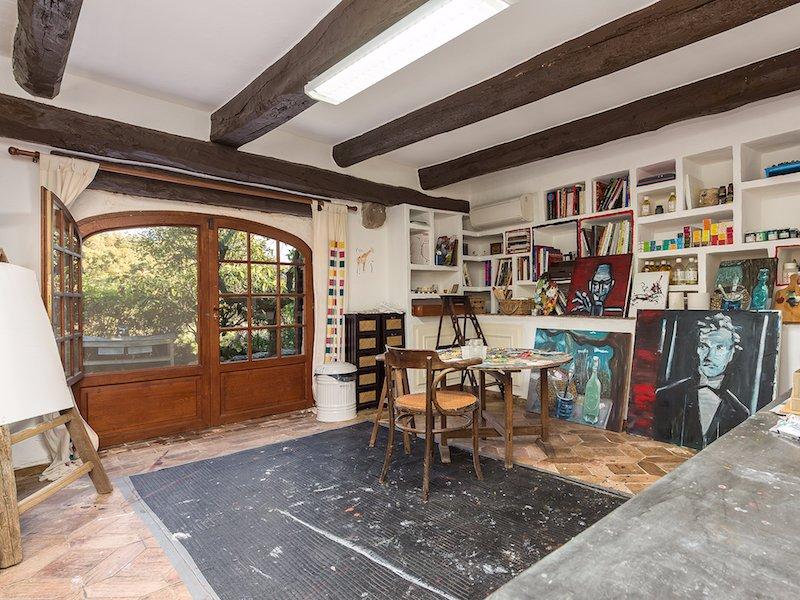 همچنین باید به دو استخر و یک اتاق مخصوص نقاشی اشاره کرد که گفته می شود محبوب ترین اتاق جانی دپ است.