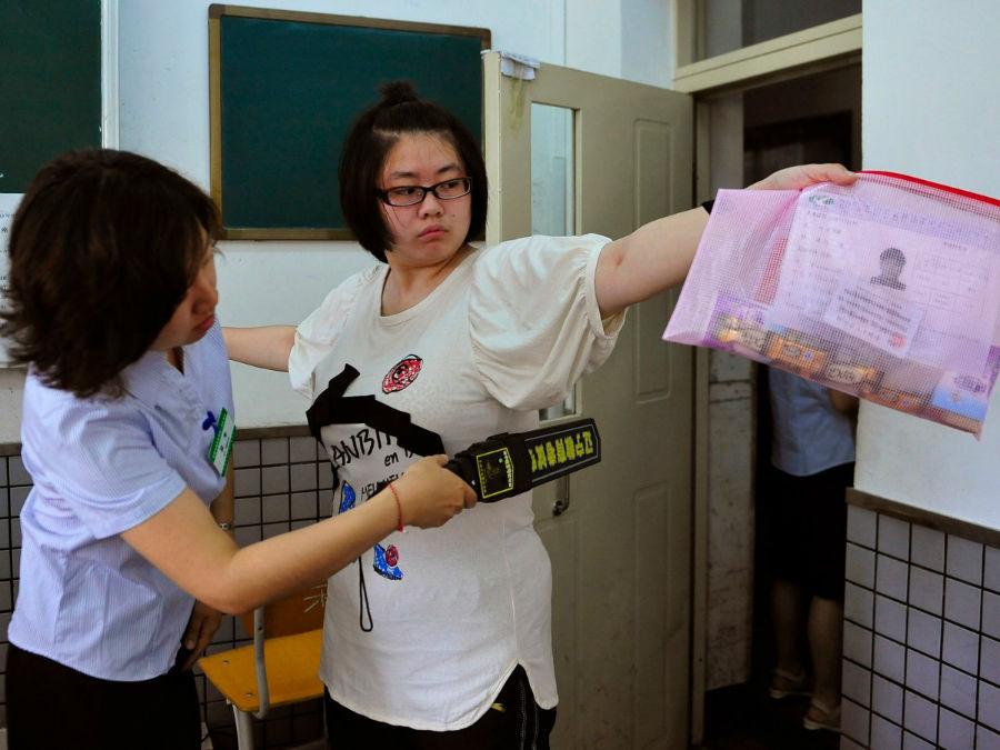 امتحان بزرگ در چین یکی از مهم ترین و سرنوشت ساز ترین امتحان های دوران تحصیل هر فرد به شمار می رود. از این رو، مسوولین با اعمال فشار و سخت گیری های زیاد قصد دارند تا از انجام هرگونه تقلبی پیشگیری نمایند.