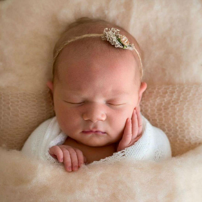 Photographer-takes-pictures-of-babies-as-never-seen-before-5922b2fd7d47d__880-w700