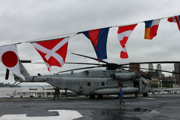 a-ch-53e-super-stallion-helicopter-on-the-kearsarges-flight-deck-near-the-stern-w700
