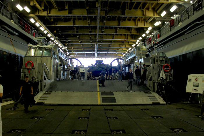 assault-craft-unit-4-one-of-the-landing-craft-air-cushions-that-the-kearsarge-can-carry-transports-personnel-equipment-and-weapons-from-ship-to-shore-w700