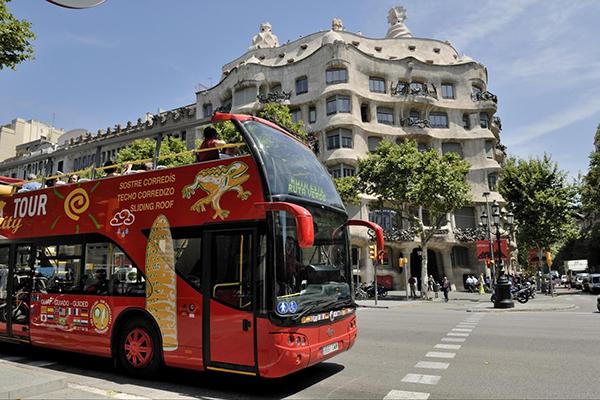 راهنمای سفر به اسپانیا | اتوبوس های قرمز گردشگری در بارسلونا