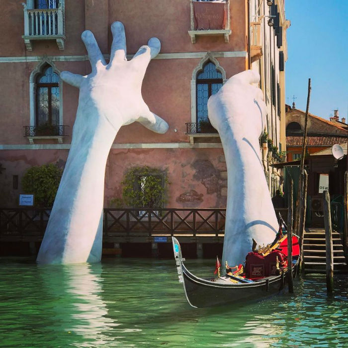 hands-sculpture-support-lorenzo-quinn-venice-10-59186fcf0d798__880-w700