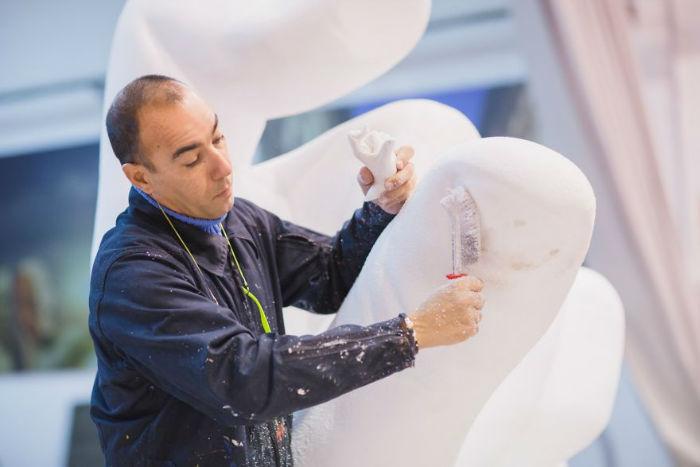 hands-sculpture-support-lorenzo-quinn-venice-59187433ba675__880-w700