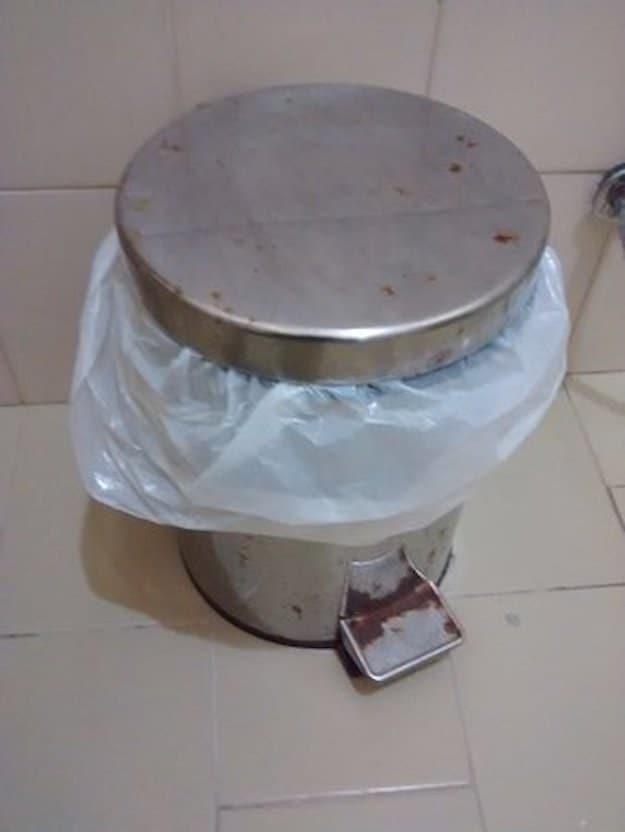 سطل زباله پدالی که چندین سال است که در گوشه آشپزخانه جا خوش کرده.