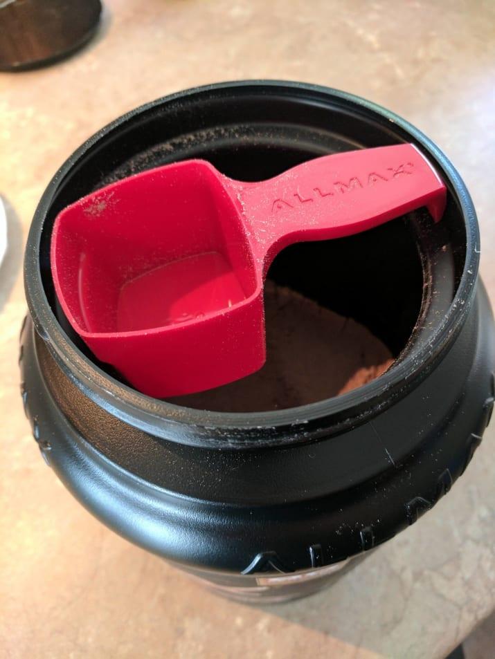 طراحی قوطی این مواد پروتئینی به گونه ای است که قاشق در بالای قوطی جای می گیرد و نیازی نیست آن را درون پودر قرار دهید.