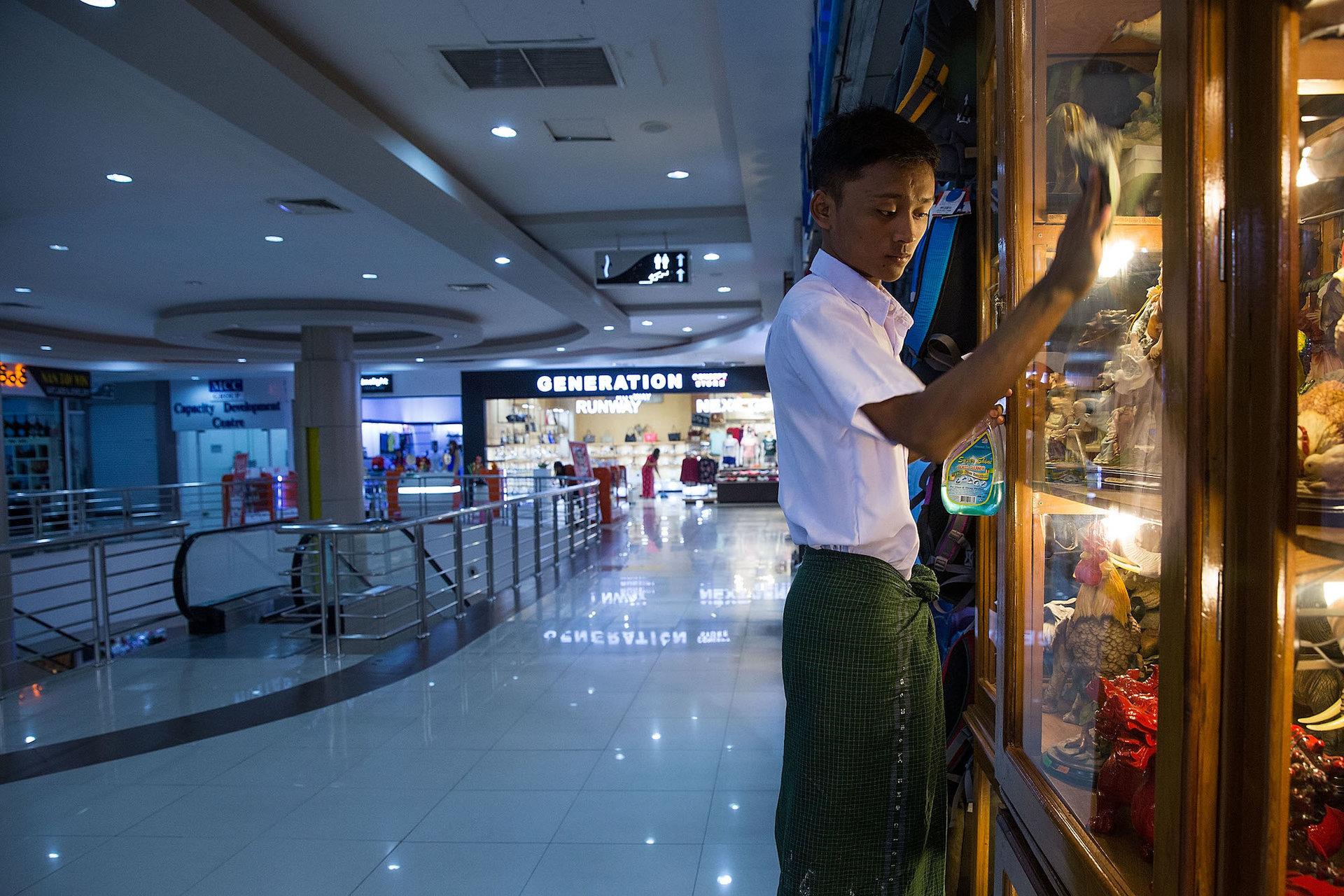 فروشنده ها از فرط بیکاری شیشه های مغازه های خود را تمیز می کنند