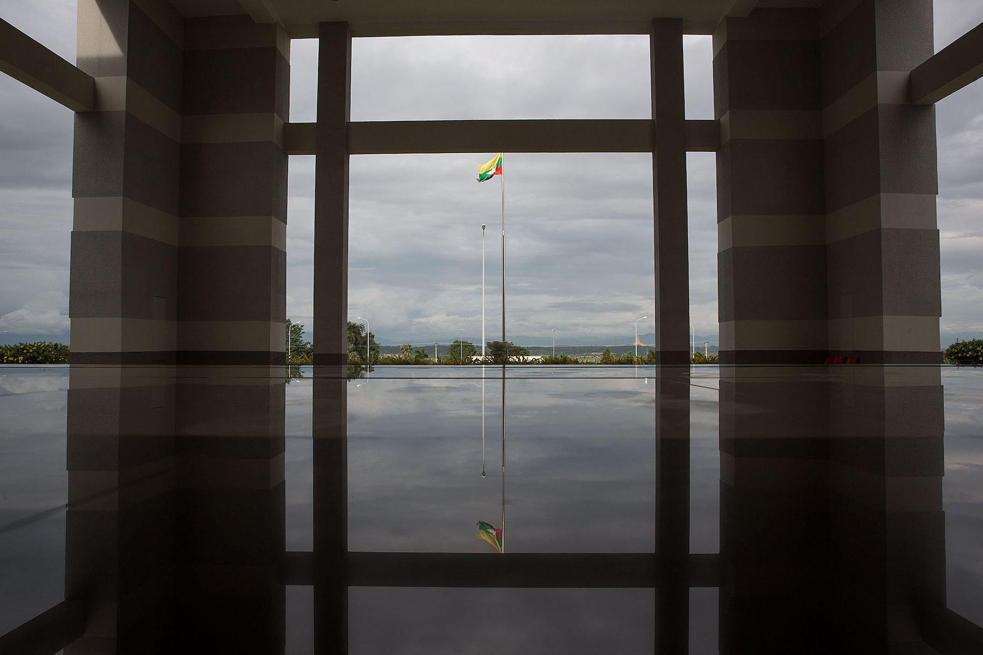 نمایی از پرچم برمه در حیاط موزه ملی شهر که هیچ بازدیدکننده ای ندارد