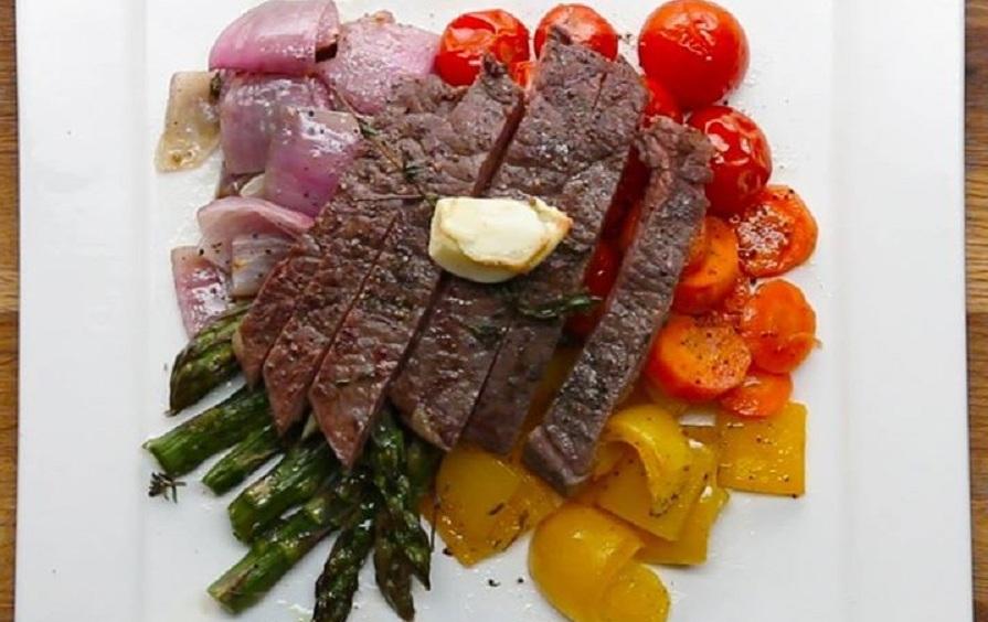 خوشمزه روز: پخت استیک با سبزیجات ۷ رنگ در فر [تماشا کنید]