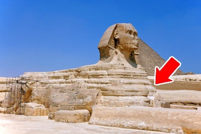 تاکنون تصور می شد که قدمت اهرام سه گانه جیزه به نام های خوفو، خَفرِع و مَنقُرع به دودمان چهارم مصر می رسد. اما در جدیدترین بررسی های صورت گرفته روی لوح سنگی Inventory Stela که در قرن 19 میلادی در جیزه کشف شد، مشخص شده که خوفو دستور بازسازی ابوالهول را صادر کرده است نه ساخت آن را. همچنین بر اساس شیارها موجود روی بدنه مجسمه، که فرسایش حدود 8 هزار ساله را نمایان می کند، در قدمت واقعی هرم بزرگ شک و شبهه هایی ایجاد شده است: فرضیه جدید این است که مجسمه اِسفینکس کهن تر از هرم خوفو است.