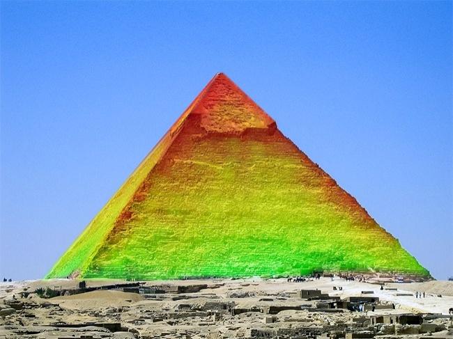 تحقیقات ترموگرافیک اینفراردی که در سال 2016 روی بزرگ ترین هرم جیزه انجام شد، نشان داد که منافذ و حفره های غیرقابل توضیحی در زیر هرم بزرگ و نوک آن وجود وجود دارند. فرض بر این است که فرورفتگی های زیرین به اتاق یا دالان کشف نشده در داخل هرم مربوط می شود. اما انجمن دولتی آثار باستانی مصر تاکنون از بیان هر گونه توضیحی در این رابطه خودداری کرده است.